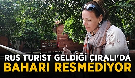 Rus turist tatile geldiği Çıralı'da baharı resmediyor