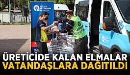 Üreticide kalan elmalar vatandaşlara dağıtıldı