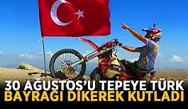 30 Ağustos'u tepeye Türk bayrağı dikerek kutladı