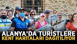 Alanya'da turistlere kent haritaları dağıtılıyor